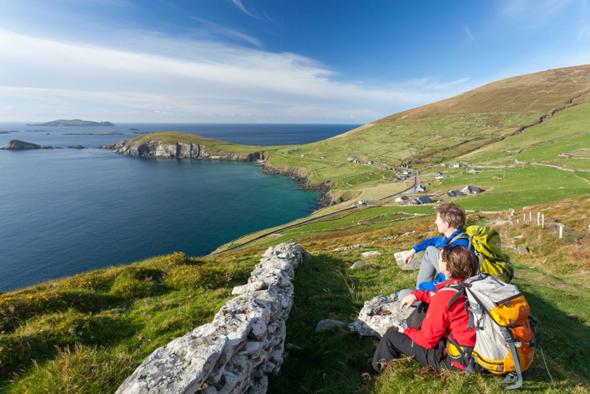 Die Dingle Halbinsel ist mit ihrer zum Teil schroffen Küste wunderbar wanderbar.