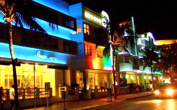 """Bright light City: Nachts mutet die Stadt an Floridas Ostküste wie """"Miami bunt"""" an. (Foto Katharina Büttel)"""