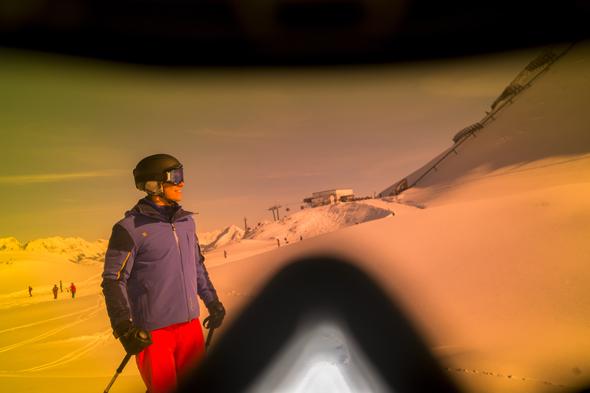 Im Gegensatz zur normalen Skibrille bieten die Datenbrillen noch jede Menge nützliche Informationen. (Foto Claudia Ziegler)