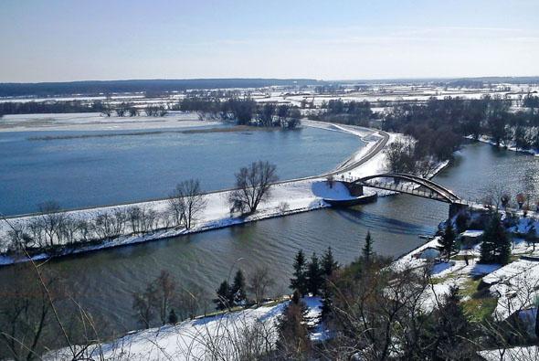 Das winterliche Hochwasser wirkt in Schnee und Eis geradezu verzaubert. (Foto: djd)