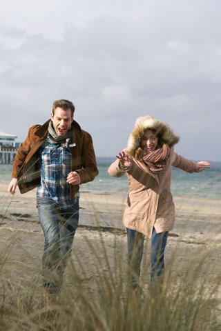Wer an einem frostklaren Wintertag einen langen Strandspaziergang unternimmt, weiß, wie erholsam ein Ostseeurlaub ist. (Foto: djd)