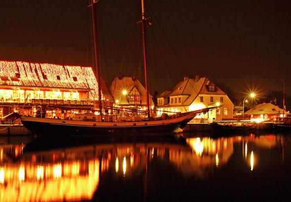 Pünktlich zur kalten Jahreszeit verwandeln sich die Seebäder der Lübecker Bucht in romantische Winterdörfer mit leuchtendem Budenzauber auf den Promenaden. (Foto: djd)