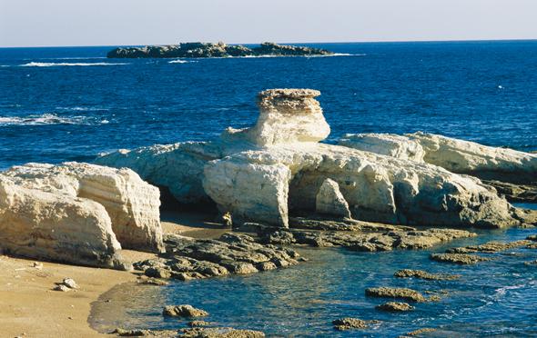 Bizarre Gesteinformationen fallen an diesem Teil der zypriotischen Küste ins Auge. (Foto Cyprus Tourism Organisation)
