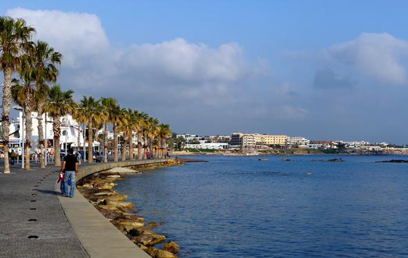 Die prächtige Hafenpromenade von Páfos lädt zum Flanieren ein. (Foto Cyprus Tourism Organisation)