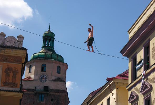 Auch der eine oder andere Drahtseilakt gehört zum Festival der Magier und Akrobaten.
