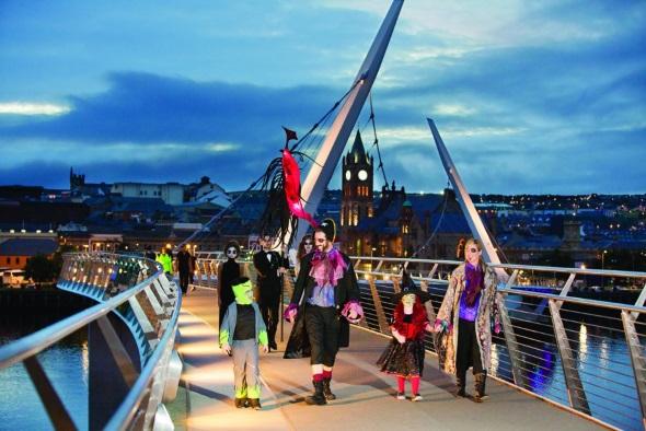 In der irischen Halloween-Hauptstadt Londonderry wimmelt es Ende Oktober überall an gruseligen Gestalten. (Fotos Tourism Ireland)