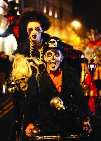Heulende Hexen, gruselige Vampiren und Geister ziehen durch die Straßen von Londonderry.