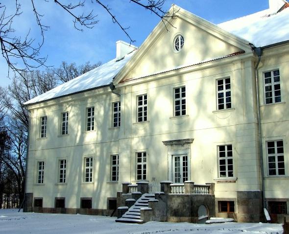 Herrenhaus mit Kachelofen-Manufaktur in Nakomiady. (Foto Katharina Büttel)