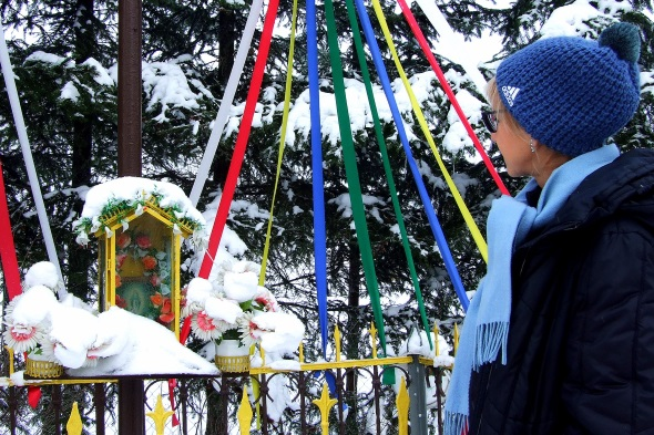 Auch das ist Masuren im Winter: 16. Geschmückte Bildstöcke am Wegesrand. (Foto Katharina Büttel)