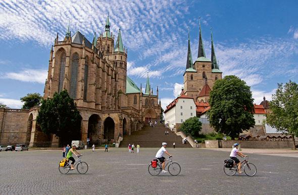Über eine 70-stufige Freitreppe gelangt man vom Erfurter Domplatz auf den Domberg mit dem Dom St. Marien. In dieser Kirche wurde Martin Luther zum Priester geweiht. (Foto: djd)