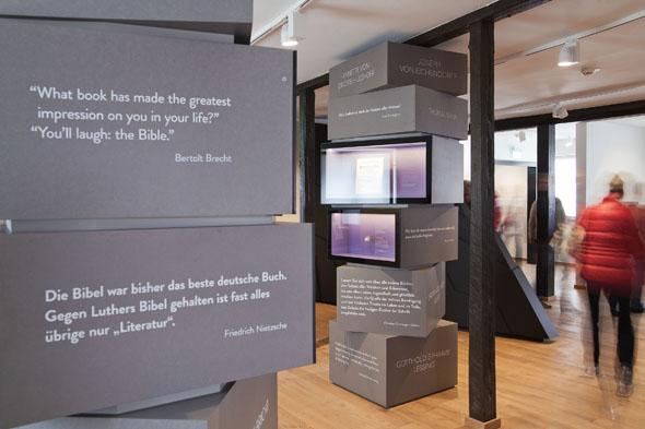 """Herzstück des Lutherhauses in Eisenach ist die neue Dauerausstellung """"Luther und die Bibel"""" mit außergewöhnlichen Exponaten, multimedialen Präsentationen und überraschenden Einsichten. (Foto: Anna-Lena Tamm)"""