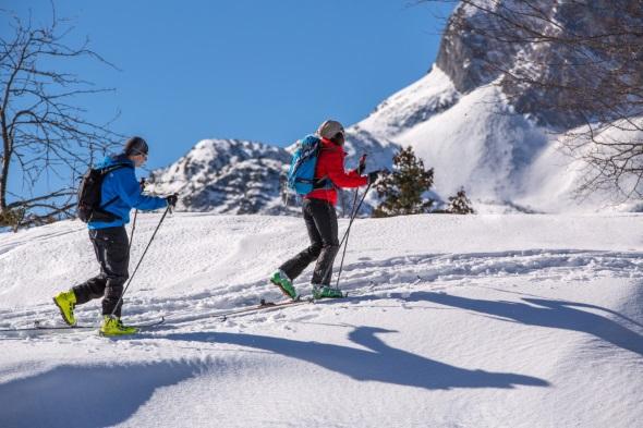 Schneeschuhwandern - wie hier in der Alpenwelt Karwendel - gehört zu den typischen Best of Winter Aktivitäten. (Foto Thomas Bichler)