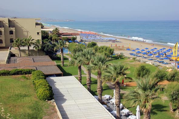 Von den meisten Zimmern genießen die Gäste den Blick über den Strand und das Meer. (Foto Karsten-Thilo Raab)