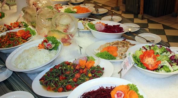 Frische Salate gehören selbstverständlich zu jeder Hauptmahlzeit. (Foto Karsten-Thilo Raab)