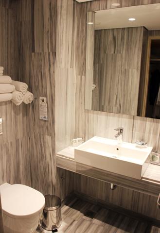 Modern und überaus zweckmäßig sind die Badezimmer ausgestattet. (Foto Karsten-Thilo Raab)