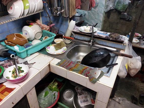 Die Küche im Home-Restaurant Suchin Ead wirkt fast so, als hätte der Blitz eingeschlagen. (Foto Karsten-Thilo Raab)