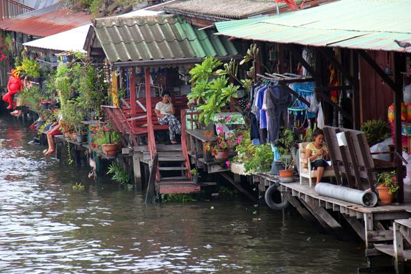 An den dicht bebauten Ufern des Khlong Bang Luang herrscht nur selten Hektik. (Foto Karsten-Thilo Rab)