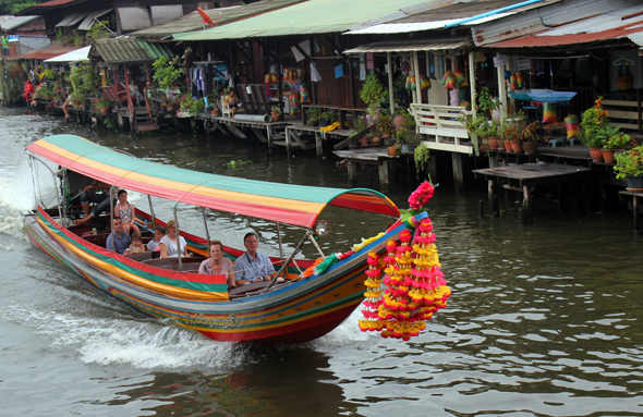 Mit den klassischen Langbooten geht es kreuz und quer durch das Kanalnetz von Bangkok. (Foto Karsten-Thilo Raab)
