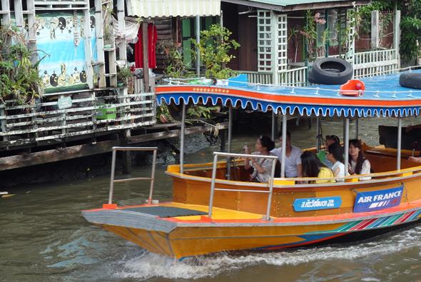Bei den Khlong-Touren durch Bangkok gibt es einen tollen Einblick, wie viele Thais leben. (Foto Karsten-Thilo Raab)