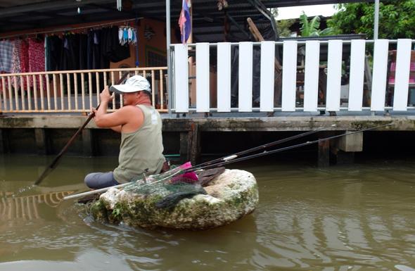 Selbst auf einem Stück Styropor geht es auf dem Khlong Bang Luang zum Angeln. (Foto Karsten-Thilo Raab)