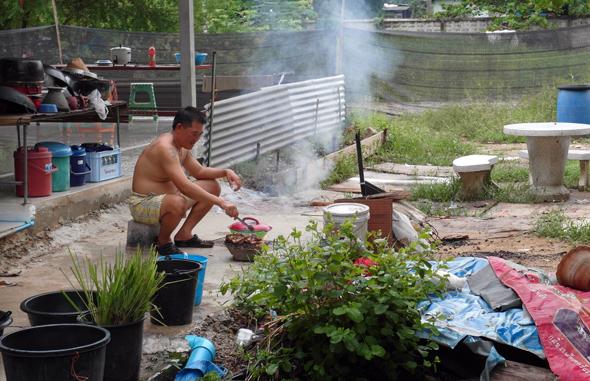 Direkt am Kanalufer bereitet sich so mancher Thai sein essen frisch zu. (Foto Karsten-Thilo Raab)