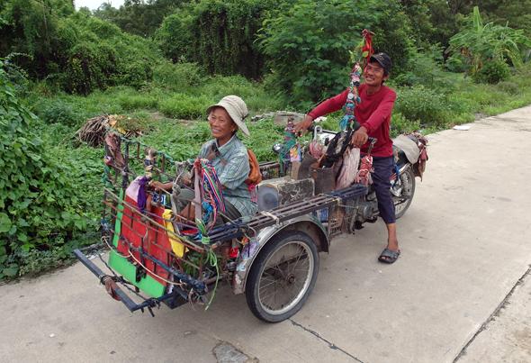 Selbst auf den wenigen Straßen des Dschungels sind die Thais stets fröhlich und für ein Schwätzchen zu haben. (Foto Karsten-Thilo Raab)