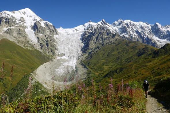 Aufstieg zum Tschchutnieri-Pass (2.722m), über den man vom Dorf Adischi ins nächste Dorf Iprari gelangt. (Foto Jens Jäger)