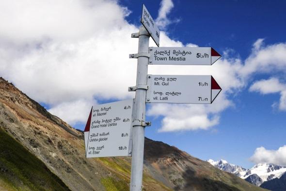 Zwischen den Dörfern in Oberswanetien bestehen gut markierte Wanderwege. Zahlreiche Wegweiser mit swanischer und englischer Beschriftung erleichtern zusätzlich die Orientierung. (Foto Jens Jäger)