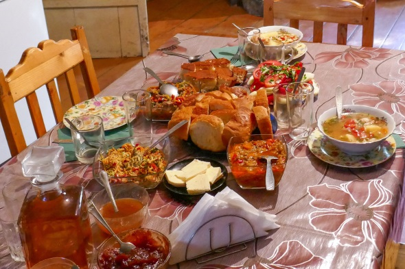 In den Familienunterkünften isst man in der Küche der Gastfamilie und lernt dabei die kulinarische Seite Swanetiens kennen. Nationalspeise sind mit Fleisch gefüllte Teigtaschen, die Kubdari heißen. Besonders lecker ist der selbst gemachte Kuhkäse zusammen mit Tomaten und Swanischem Salz, einem regionalen Gewürzsalz. (Foto Jens Jäger)