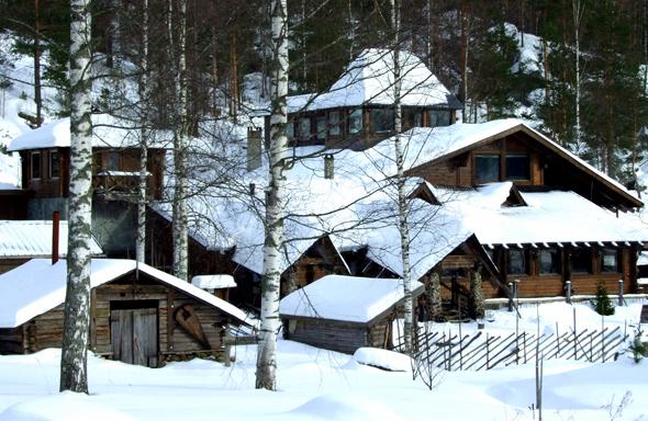 Wie mit der Puderzuckerdose bestreut: das Schneedorf in Rantasalmi. (Foto Katharina Büttel)