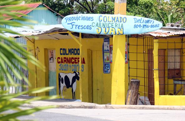 So bunt wie das Leben in der Karibik sind die Geschäfte in Punta Cana. (Foto Karsten-Thilo Raab)