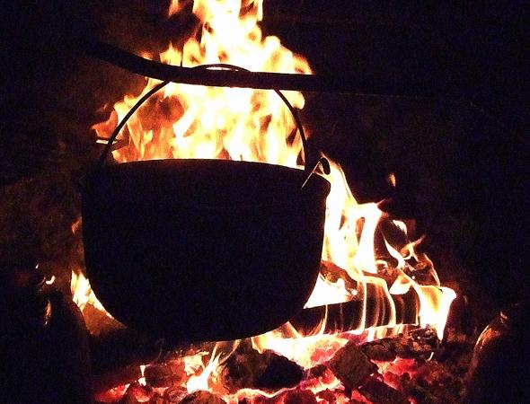 Im Tippi-Zelt wärmen Met und heiße Suppe. (Foto Katharina Büttel)