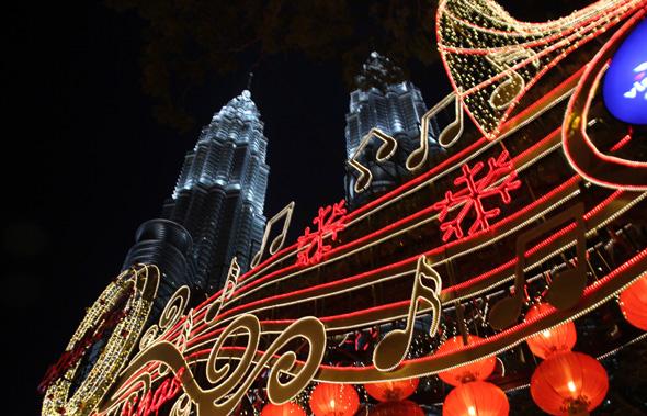 In Kuala Lumpur ist nach Einbruch der Dunkelheit vieles zu entdecken - dazu gehören auch die Petronas Twin Towers. (Foto Karsten-Thilo Raab)