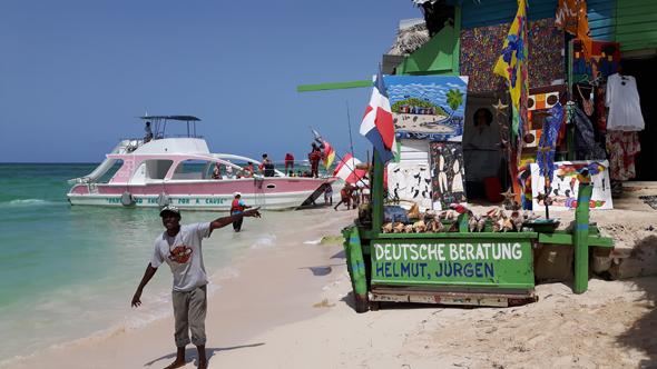 Gestenreich versuchen die Händler an der Playa de Bavaro auf ihre Angebote hinzuweisen. (Foto Karsten-Thilo Raab)