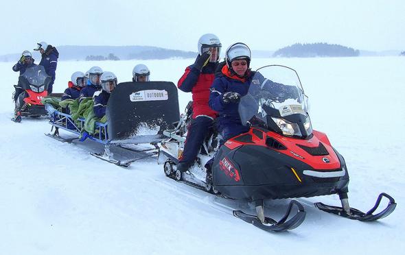 Rasant ist die Fahrt über das dicke Eis des Saimaa-Sees. (Foto Katharina Büttel)