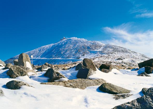 Die Schneekoppe macht ihrem Namen alle Ehre. (Foto Polnisches Fremdenverkehrsamt)