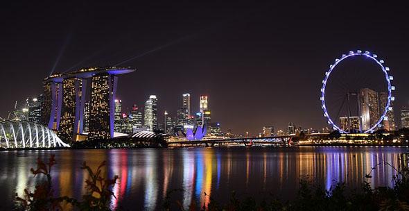 Weithin sichtbar ist das Riesenrad Singapore Flyer.