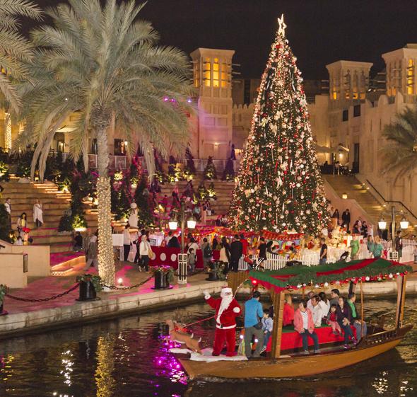 Stilecht reist der Weoihnachtsmann im Boot zum Souk Madinat Jumeirah.