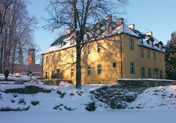Schloss Stonsdorf von Frau Holle mit der weißen Pracht verzaubert. (Foto Klaus Klöppel)