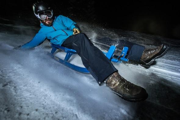 Großer Spaß in der Dunkelheit: das Nachtrodeln in Ehrwald am Fuße der Zugspitze. (Foto Christoph Jorda)