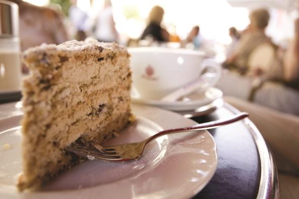 Eine Rast einlegen und eine Agnes-Bernauer-Torte genießen. (Foto Michael Körner)