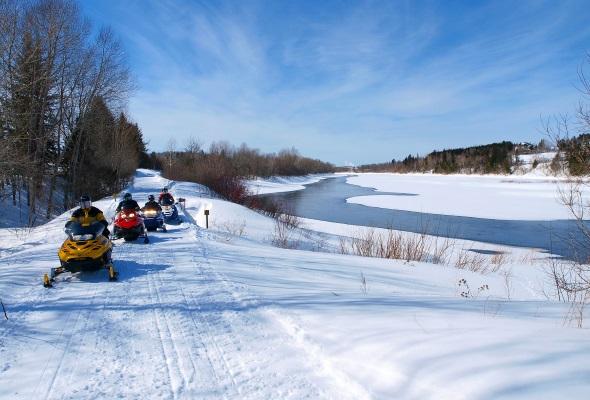 Wintertraum in Neuengland: Unterwegs mit dem Schneemobil in Maine. (Foto Paul Cyr)