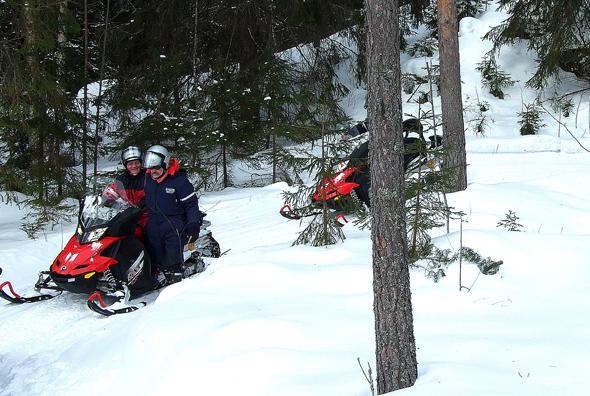 Winterliches Vergnügen - Schneemobilrennen durch die finnischen Wälder. (Foto Katharina Büttel)