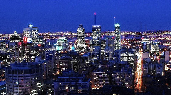 Blick auf die nächtliche Skyline von Montreal.