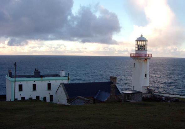 Trotz seit mehr als 150 Jahren Wind und Wetter: das Arranmore Lighthouse. (Foto Tourism Ireland)