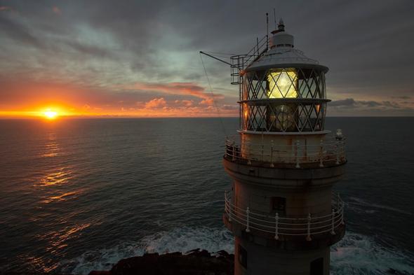 Das Fastnet Lighthouse wirkt beim Sonnenuntergang noch spektakulärer. (Foto Tourism Ireland)