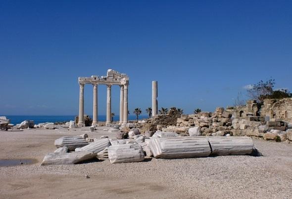 An der türkischen Riviera, wie hier in Side, ist der Hauch der Geschichte allgegenwärtig.
