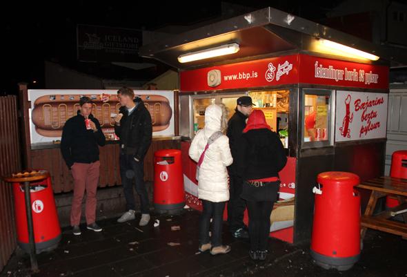 Die Hot-Dog-Schmiede Bæjarins Beztu Pylzur am Hafen ist eine Institution. (Foto Karsten-Thilo Raab)