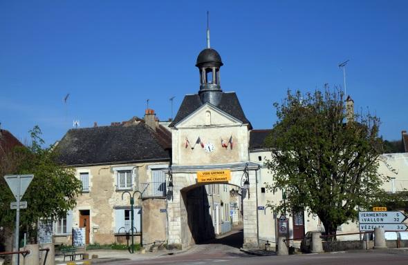 Durch ein schmuckes Torhaus geht es in die hübsche Altstadt von Cravant. (Foto Karsten-Thilo Raab)