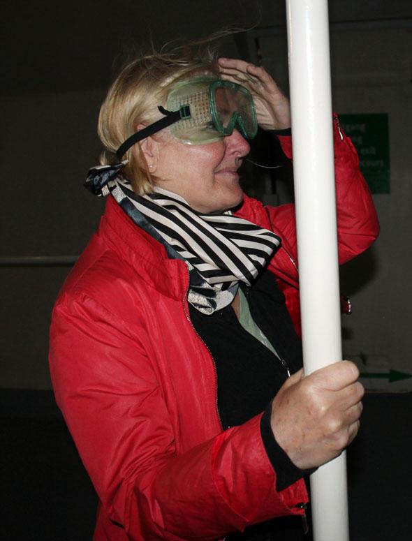 Mit Schutzbrille lässt sich Orkansimulator eine stürmische Zeit erleben. (Foto Karsten-Thilo Raab)